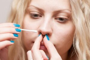limpar piercing no nariz
